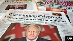 """Un arrangement de quotidiens britanniques photographié, """"Noël annulé pour des millions"""", à Liverpool le 20 décembre 2020."""