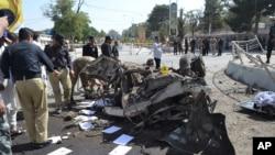 Un policier pakistanais examine le site où il y a eu une explosion à Quetta. Vendredi 23 juin 2017