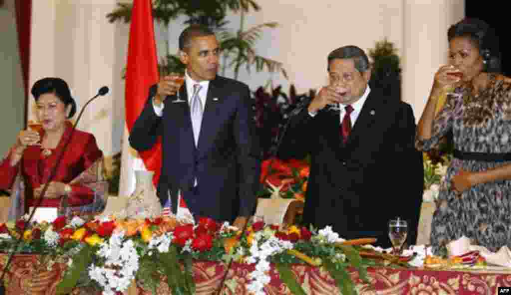 President Barack Obama, first lady Michelle Obama, Indonesian President Susilo Bambang Yudhoyono, and his wife Kristiani Herawati, drink a toast at a state dinner at the Istana Negara in Jakarta, Indonesia, Tuesday, Nov. 9, 2010. (AP Photo/Charles Dharapa