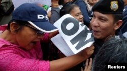 Người biểu tình chống đảo chính đụng độ với cảnh sát tại Tượng đài Chiến thắng ở thủ đô Bangkok, ngày 27/5/2014.