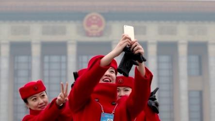 政协大会服务员在人大会堂前自拍(2014年3月3日)