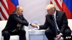 Les présidents russe Vladimir Poutine (g) et américain Donald Trump, le 7 juillet 2017 à Hambourg, lors du sommet du G20.