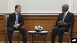 俄罗斯总统梅德韦杰夫(左)3月25日在莫斯科与联合国和阿盟特使安南会晤