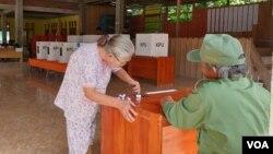 Seorang lansia mencelupkan jarinya ke tinta usai melakukan pencoblosan di TPS 4, Desa Watuawu, Kabupaten Poso, Sulawesi Tengah (27/4). Foto: VOA/Yoanes Litha