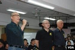 佔中發起人陳健民(左一)表示,剃頭是代表抗命時代的開始,放下頭髮、重拾尊嚴。(美國之音湯惠芸攝)