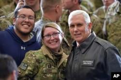 El vicepresidente de EE.UU. Mike Pence posa con soldados de su país durante una visita de Navidad a Afganistán.