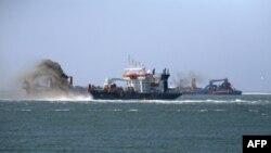 Голландские морпехи отбили судно у сомалийских пиратов