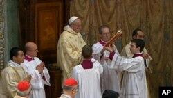 Paus Fransiskus saat menggelar misa bersama para kardinalnya di Kapel Sistina di Vatikan (14/3).