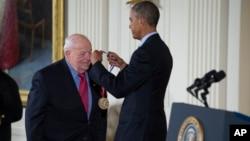 برتون ریکتر، برنده جایزه فیزیک نوبل، از جمله نویسندگان نامه به باراک اوباما رئیس جمهوری آمریکا است.