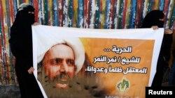 사우디 내 시아파 교도들이 알님르의 얼굴이 담긴 대형 포스터를 들고 사형 반대 집회를 벌이고 있다.(자료사진)