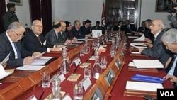 Presiden Fouad Mebazaa (kedua dari kiri) memimpin sidang kabinet baru di Tunis, Kamis 20 Januari 2011.