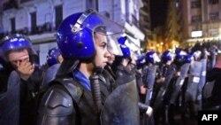 La police algérienne monte la garde lors d'une manifestation à Alger, la capitale, le 4 mars 2019, contre la candidature du président Abdelaziz Bouteflika, en difficulté, à un cinquième mandat.