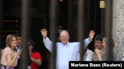 El expresidente de Perú Pedro Pablo Kuczynski saluda al personal oficial tras su renuncia, en el Palacio de Gobierno en Lima, el 22 de marzo del 2018. REUTERS/Mariana Bazo