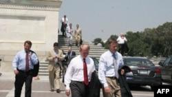 美众议员中断休假返回国会山投票