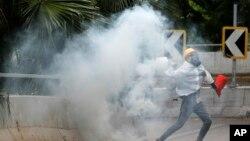 10月6日香港示威者投燃燒彈。