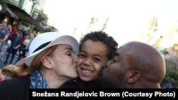 Snežana Ranđelović-Braun sa porodicom u Dizni zabavnom parku (Foto: privatna arhiva)