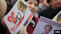 7 ноября, Киев, 2013 год.Сторонники партии «Батькивщіна» (Родина) у стен парламента выступают в поддержку принятия законов, которые позволят Юлии Тимошенко отправиться на лечение за рубеж