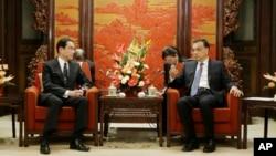 日本外交大臣岸田文雄(左)和中国总理李克强在北京中南海会谈(2016年4月30日)