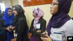 Warga Muslim di Baltimore, Maryland, menunggu kedatangan Presiden AS Barack Obama di Islamic Society of Baltimore (3/2). (AP/Pablo Martinez Monsivais)