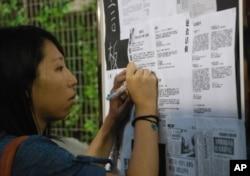 香港市民李小姐在留言板上寫下「平反六四」的字句