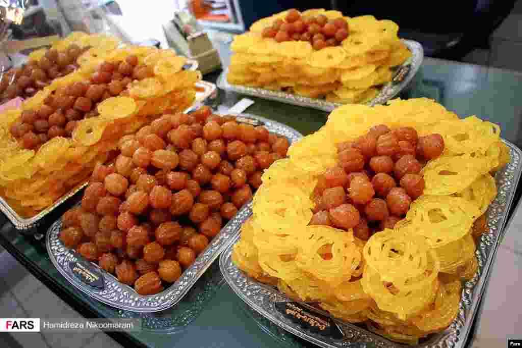 طبخ و فروش زولبیا و بامیه در ماه رمضان عکس: حمیدرضا نیکومرام