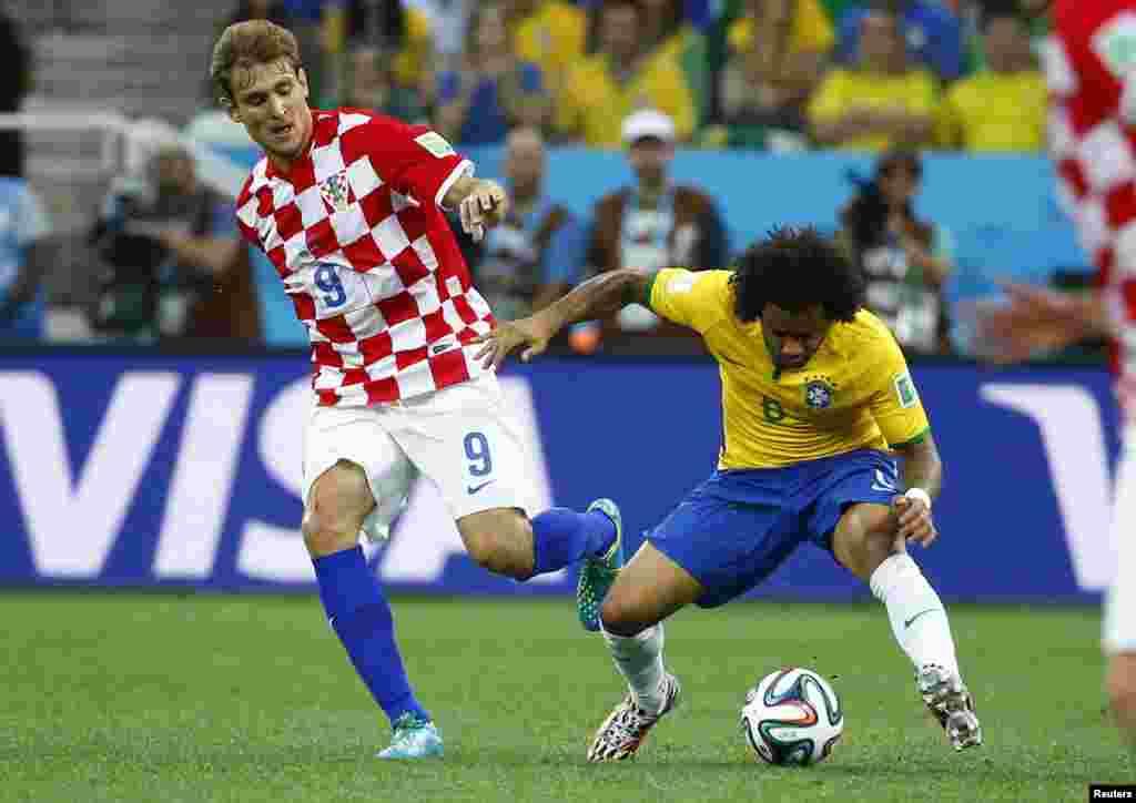 کروشیا کے جیلاویک برازیل کے مارسیلو کے ساتھ گیند کے پیچھے جھگڑتے ہوئے