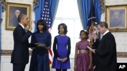 ປະທານາທິບໍດີ Barack Obama ພ້ອມກັບຄອບຄົວ ໃນພິທີສາບານໂຕເຂົ້າຮັບຕໍາແໜ່ງ ຢ່າງເປັນທາງການ ໃນຫ້ອງສີຟ້າ ຢູ່ທໍານຽບຂາວ ເມື່ອວັນອາທິດ ທີ 20 ມັງກອນ 2013.
