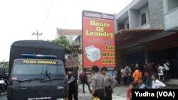 Polisi Sukoharjo menjaga lokasi penggeledahan di tempat kerja terduga teroris yang ditangkap Densus Anti Teror di Sukoharjo (Foto: VOA/Yudha)