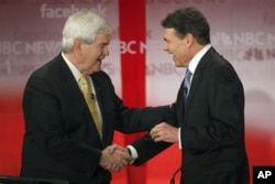 Rick Perry (à dr.) salue Newt Gingrich (archives)