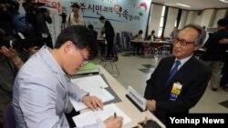 광주시장 선거에 나선 무소속 이병완 후보가 15일 광주시선거관리위원회에서 후보 등록을 하고 있다.