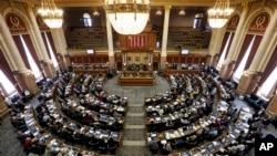 Legisladores del estado de Iowa, estudian el proyecto de ley contra el aborto. Foto del 13 de enero de 2014.