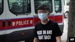 香港民主活動人士黃之鋒抵達法庭。(2020年9月30日)