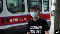 香港民主活動人士黃之鋒抵達法庭(美聯社2020年9月30日)