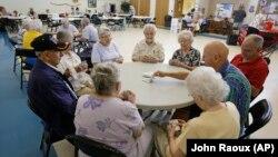 Warga lansia di kota Citrus County, Florida mengadakan pertemuan (foto: ilustrasi).