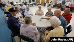 Kelompok lansi bermain kartu di Lecanto, Florida, AS (foto: ilustrasi). Amerika masih memiliki salah satu tingkat harapan hidup terpendek di antara negara maju lain.