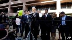 Daniel Petrocelli, abogado de Donald Trump, habla a la prensa tras una audiencia sobre una demanda contra la ahora desaparecida Trump University.