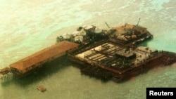 中国在南沙群岛填海建岛之一的鸟瞰图。