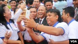 CPP supporters take a selfie with Heng Samrin, National Assembly president attends the 65th annual celebration of ruling party Cambodian People's Party (CPP) establishment on Tuesday, June 28, 2016, at CPP's headquarter in Phnom Penh. (Leng Len/VOA Khmer)