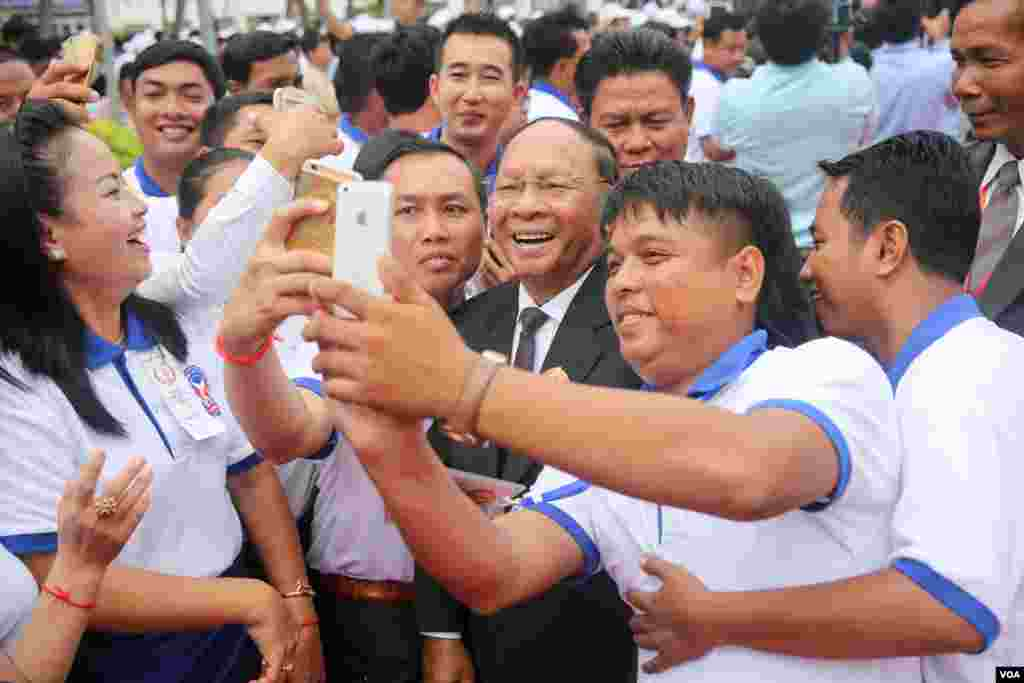 អ្នកគាំទ្រចូលរួមថតរូបសែលហ្វ៊ី (selfie) ជាមួយលោក ហេង សំរិន ប្រធានរដ្ឋសភាកម្ពុជា នៅក្នុងពិធីរំលឹកខួបលើកទី៦៥ឆ្នាំនៃថ្ងៃបង្កើតគណបក្សប្រជាជនកម្ពុជា នៅទីស្នាក់ការកណ្ដាលគណបក្ស នៅរាជធានីភ្នំពេញ នៅថ្ងៃទី២៨ ខែមិថុនាឆ្នាំ២០១៦។ (ឡេង ឡែន/VOA)