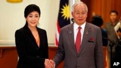 Thủ Tướng Thái Lan Yingluck Shinawatra và vị tương nhiệm Malaysia Najib Razak tại Kuala Lumpur, ngày 28/2/2013.