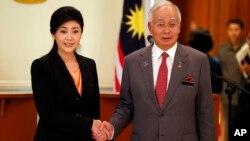 28일 말레이시아에서 정상회담을 가진 잉랏 친나왓 태국 총리(왼쪽)와 나지브 라자크 말레이시아 총리(오른쪽).