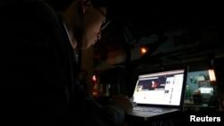 Một nhà hoạt động Việt Nam đăng bài lên Facebook tại một quán cafe ở Hà Nội (ảnh tư liệu, tháng 11/2013)