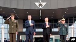 지난해 11월 미한 안보협의회의를 위해 방한한 조지프 던포드 미 합참의장(맨 왼쪽), 애슈턴 카터 미국 국방장관이 한국 국방부에서 열린 환영행사에서 이순진 합참의장(맨 오른쪽), 한민구 한국 국방장관과 함께 경례하고 있다. (자료사진)