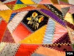 "Quilt yang terbuat dari gabungan lembaran kain kecil yang tidak teratur yang disebut ""crazy quilt."" Quilt ini, yang dibuat oleh Mary Stinson, sekitar 1880. (J. Taboh/VOA)"