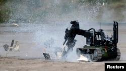 Un robot militar hace detonar una carga explosiva de prueba durante un ejercicio de seguridad en Alemania.
