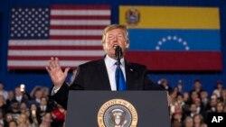 صدر ٹرمپ میامی میں امریکہ میں آباد وینزویلن کمیونٹی کے ایک اجتماع سے خطاب کر رہے ہیں۔