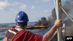 清除漏油的工人近距离接触原油、烟雾