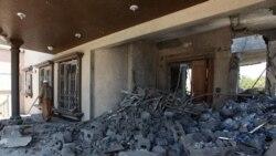 بخشی از منزل مسکونی «الحمیدی» که در اثر بمباران ناتو آسیب دیده است. ۲۱ ژوئن ۲۰۱۱