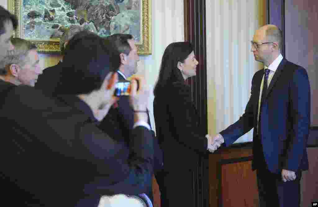دیدار آرسنی یاتسنیوک نخست وزیر موقت اوکراین با کلی آیوت سناتور آمریکایی - کیف، ۳ فروردین ۱۳۹۳