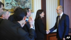 Ukrainian Prime Minister Arseniy Yatsenyuk (r) shakes hands with U.S. Senator Kelly Ayotte in Kyiv, March 23, 2014.